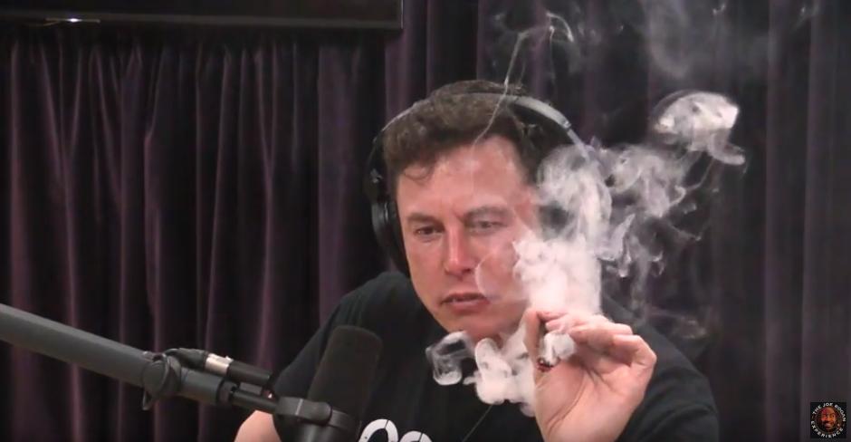Глава Tesla и Space X уточнил, легально ли это в Калифорнии, после чего один раз затянулся / скриншот