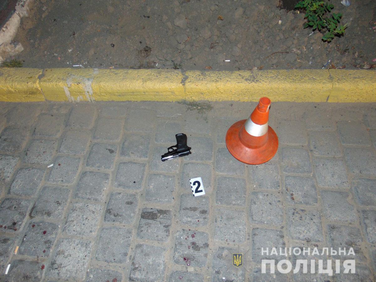 З місця події поліція вилучила пістолет / фото Нацполіція