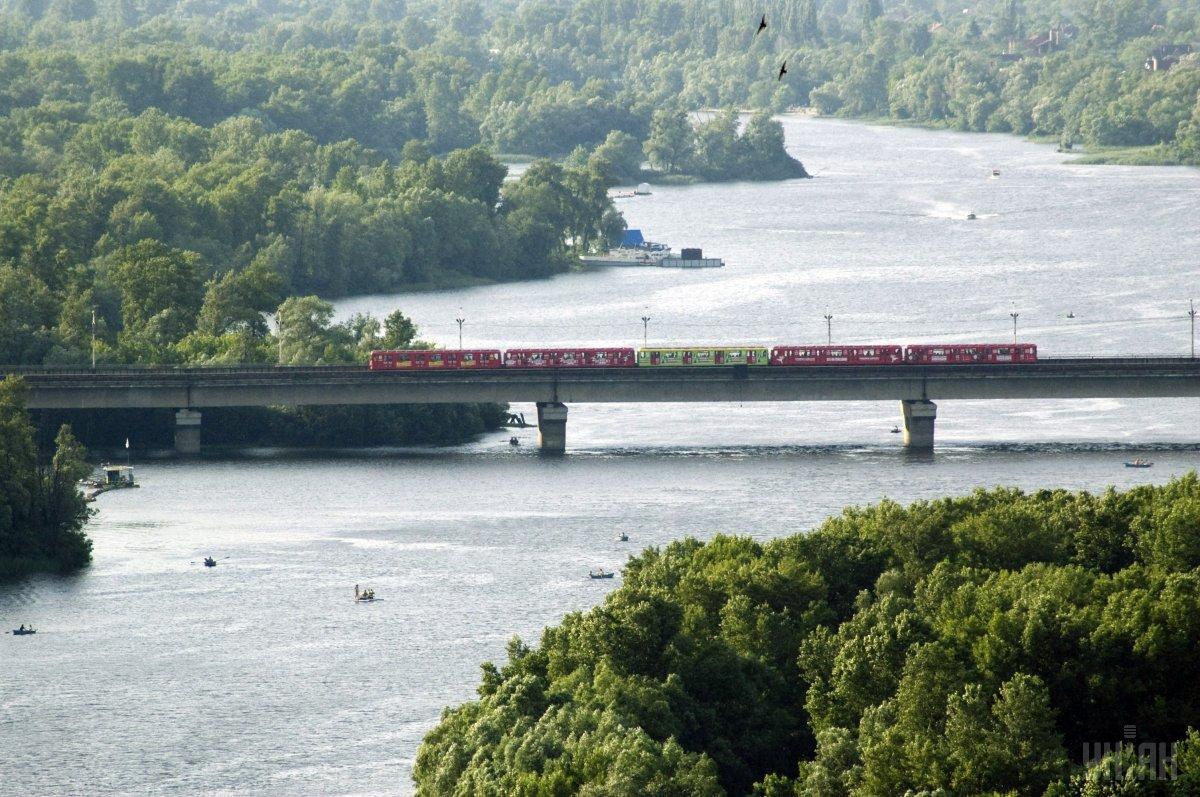 Движение по мосту Метро через Русановский пролив ограничат с полуночи / фото УНИАН