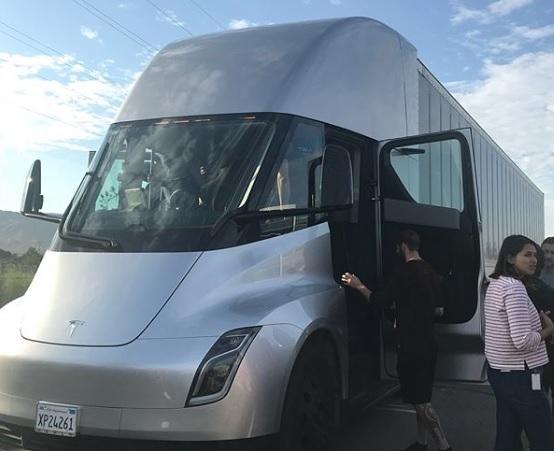 Грузовой автомобиль Tesla Semi вышел надороги США