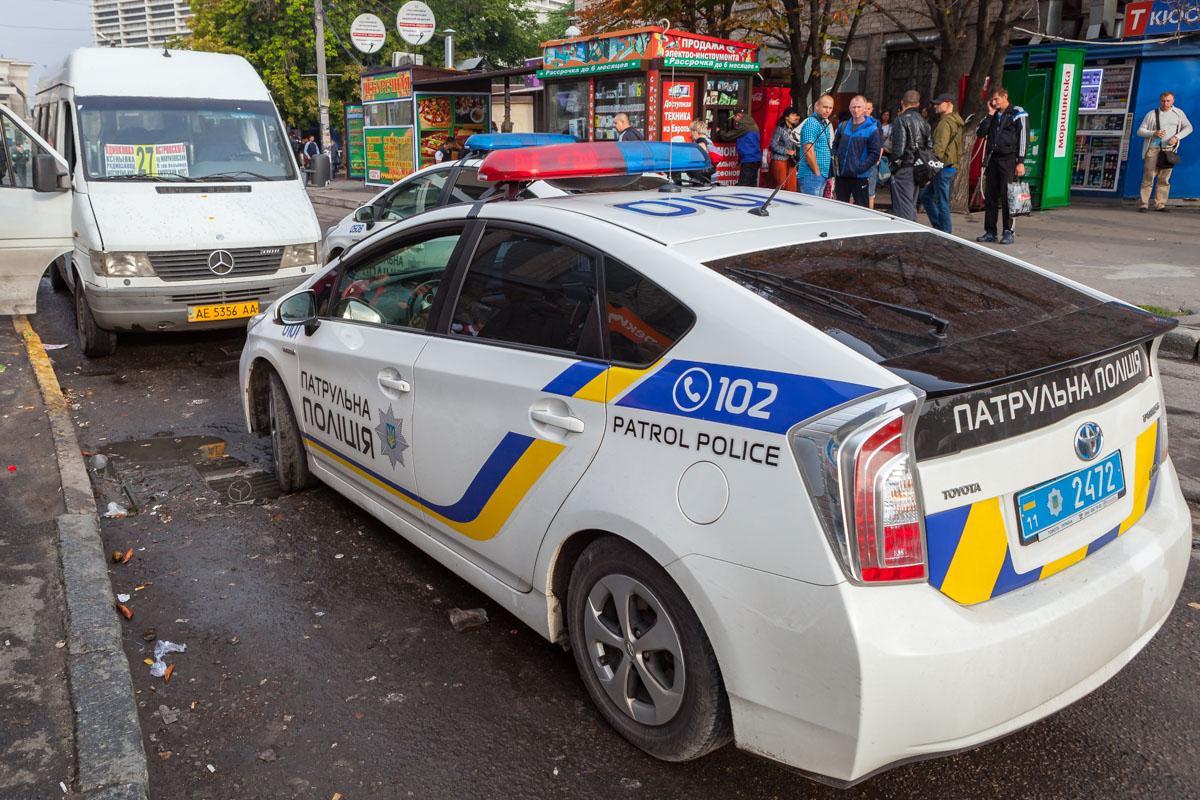У Дніпрі в глухому куті маршрутки №27 чоловік розбив ніс поліцейському / фото Інформатор