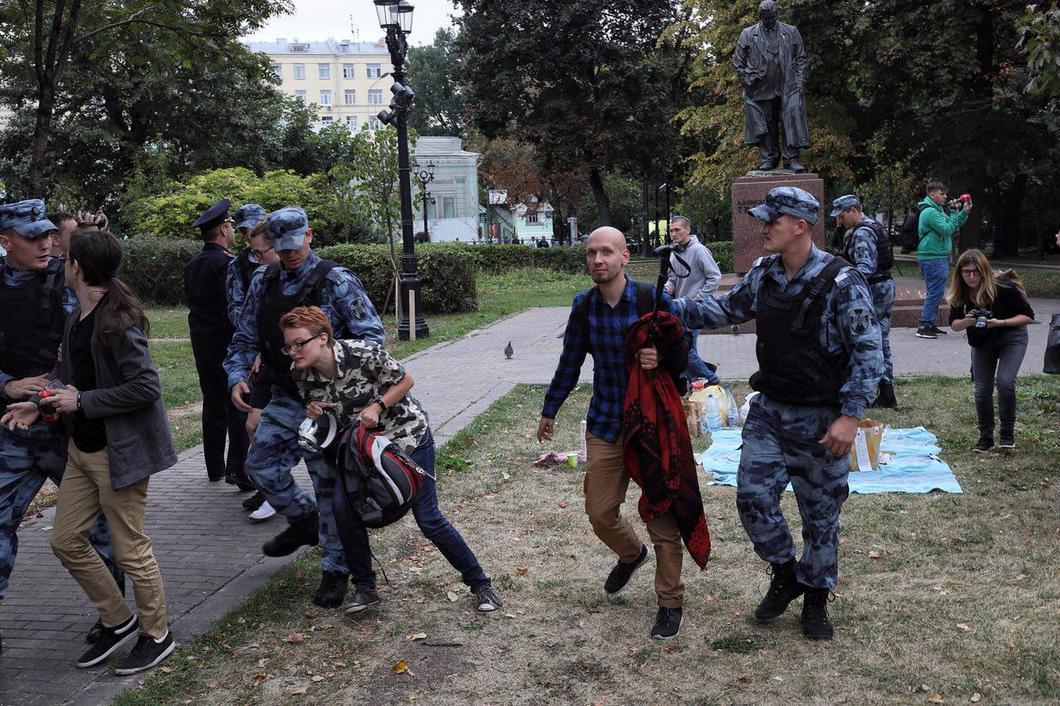 Полицейские задержали шесть участников бессрочной акции протеста возле памятника Твардовскому / фото Влад Докшин/«Новая газета»
