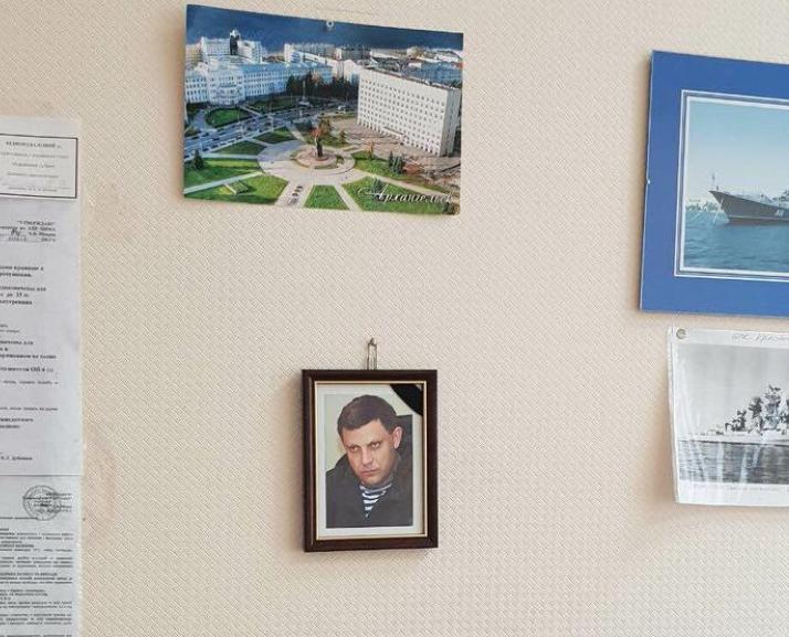 Сотрудник одесской морской академии повесил на стену портрет Захарченко / фото Думская