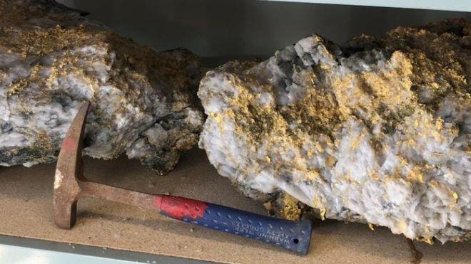 ВАвстралии отыскали два немалых золотых самородка общим весом в113 килограмм