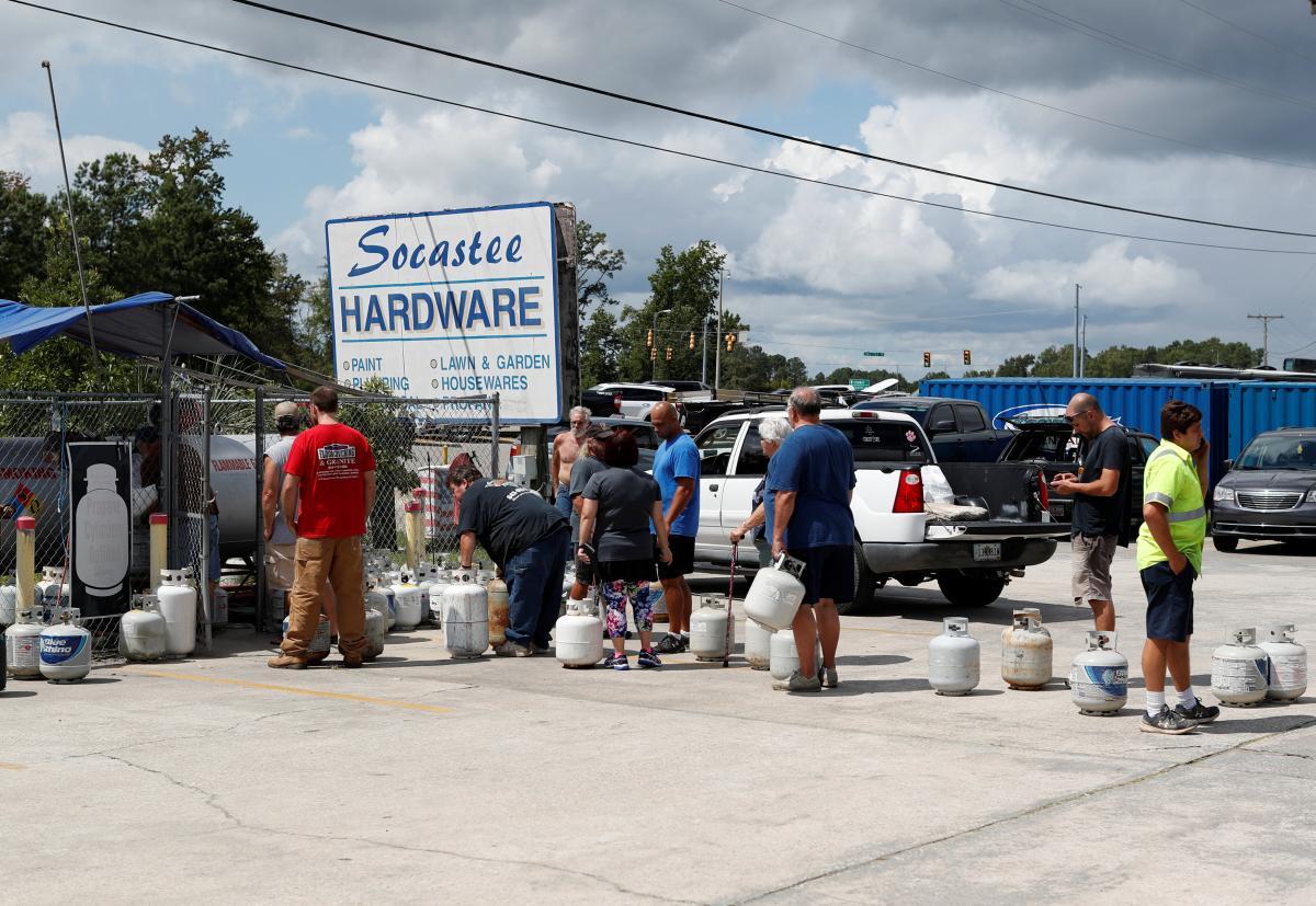 Люди запасаются товарами первой необходимости из-за приближения урагана / REUTERS