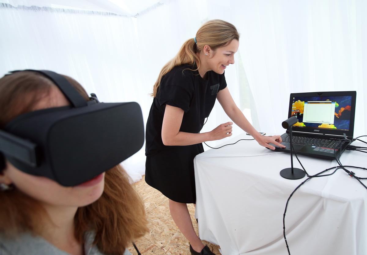 Кинотеатр» представлял собой черный ноутбук, VR-очки, микрофон и кучу проводов / фото УНИАН