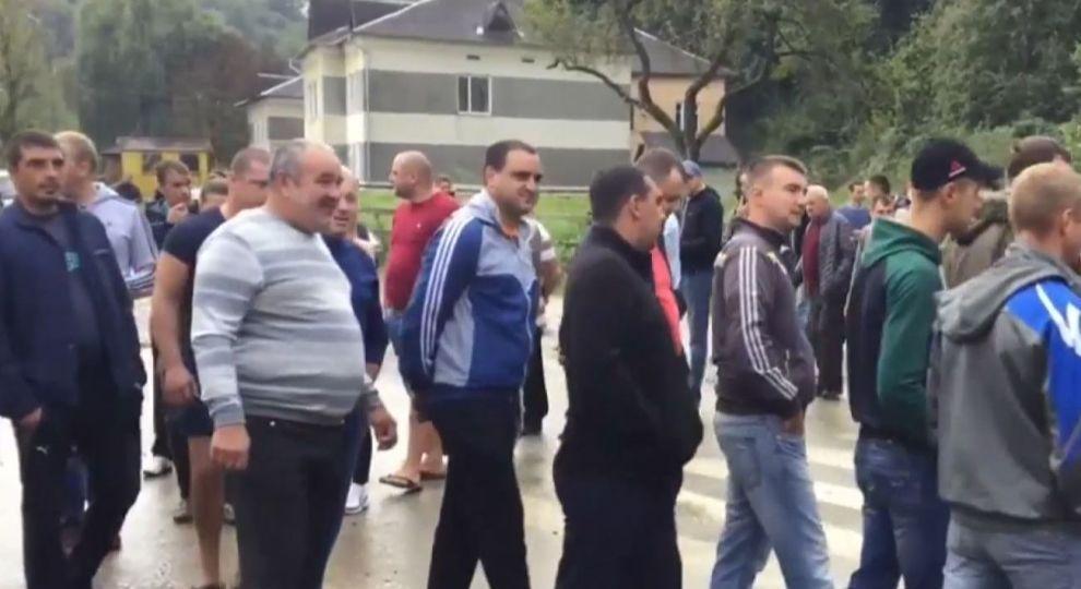 Протестувальники вимагають відремонтувати місцеві автошляхи / фото ТСН.иа