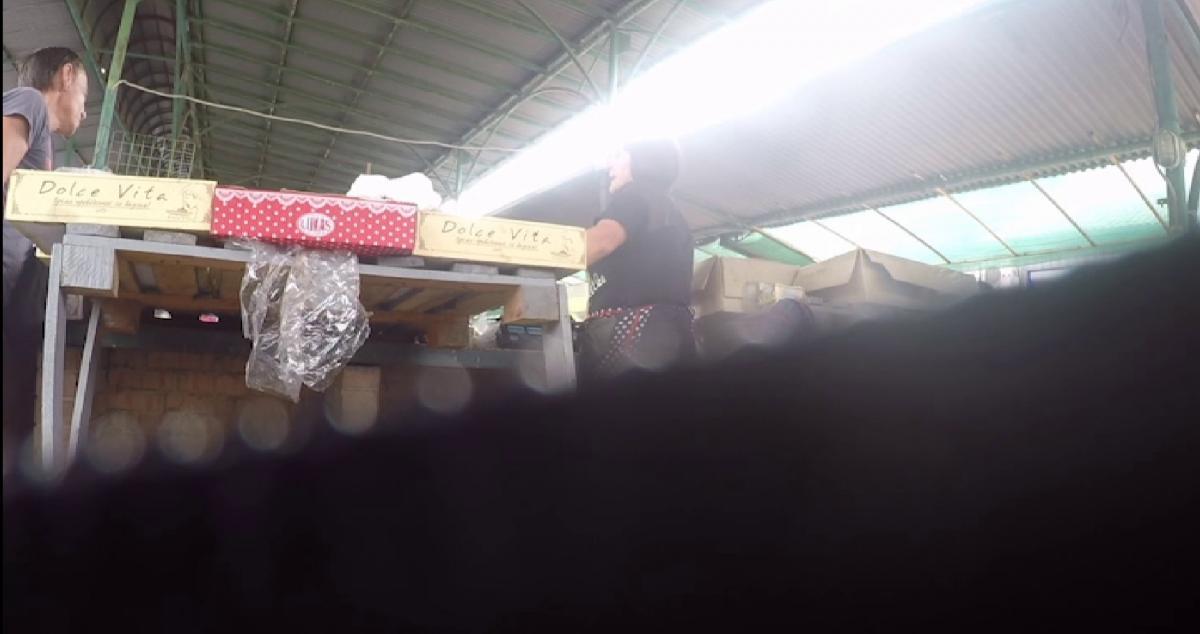 Хтось з кола обраних торгує некондиційними солодощами на ринку, хтось орендує приміщення під магазин / фото Вадим Цвєтков