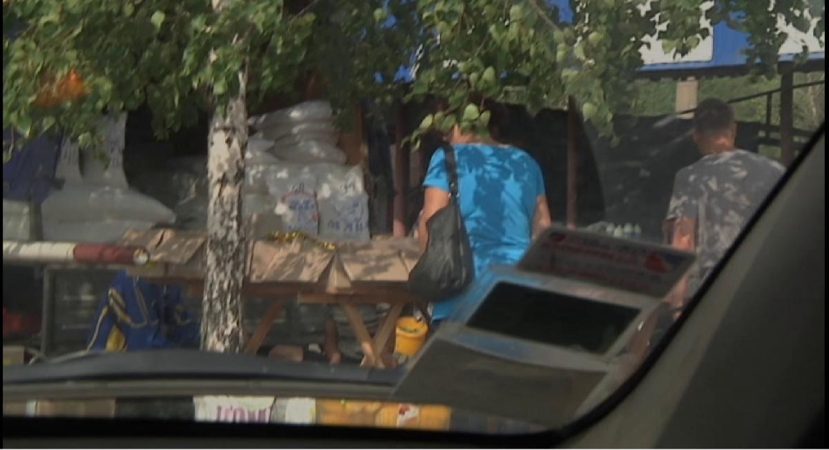 Підприємець продає солодкий крам прямісінько з вантажівки / фото Вадим Цвєтков