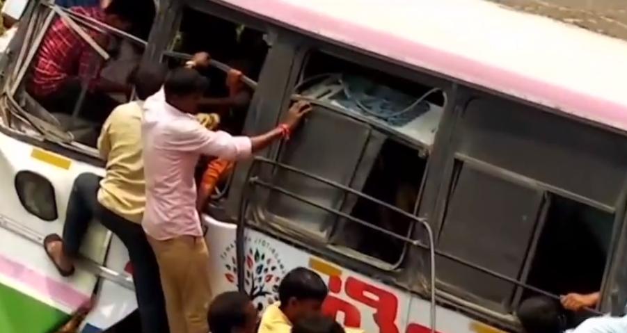 В Индии перевернулся автобус с паломниками / tsn.ua/video