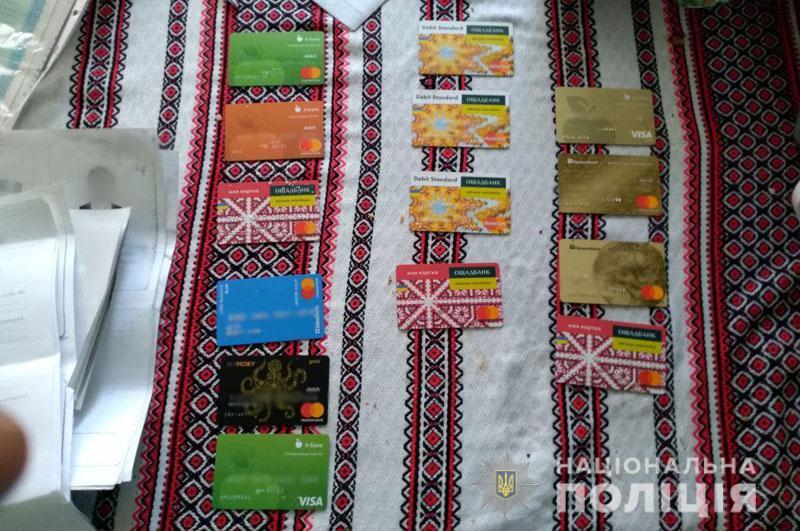 Підставні особи оформлювали картки, на які виплачувалися пенсії / фото dn.npu.gov.ua