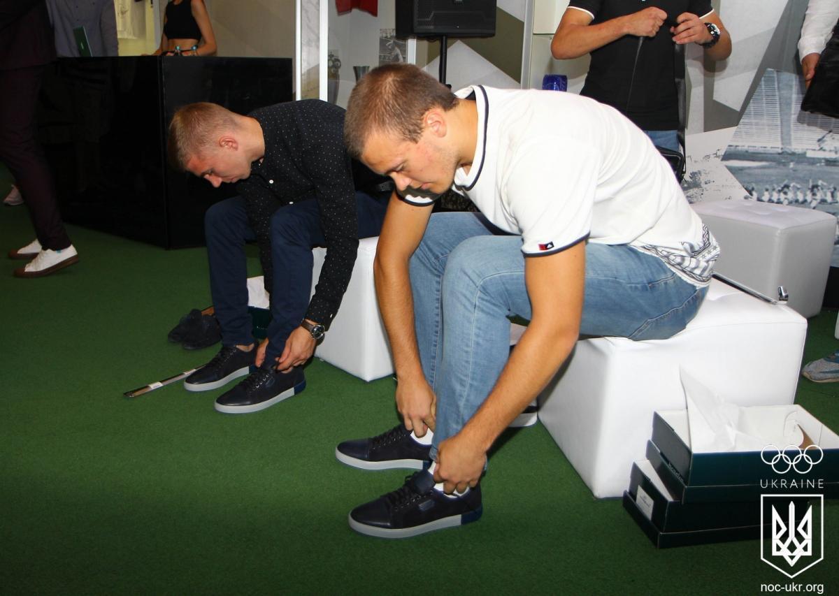Украинские олимпийцы-юноши примеряли новую обувь / noc-ukr.org