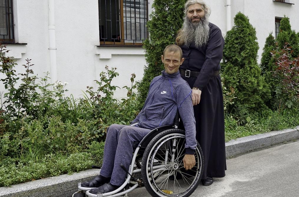 Монахи надають духовну і матеріальну допомогу всім, хто того потребує / lavra.ua