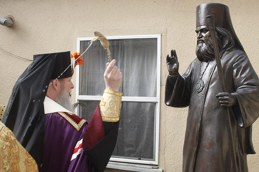 Скульптуру освятил архиепископ Сан-Францисский и Западно-Американский Кирилл / ethnoworld.ru