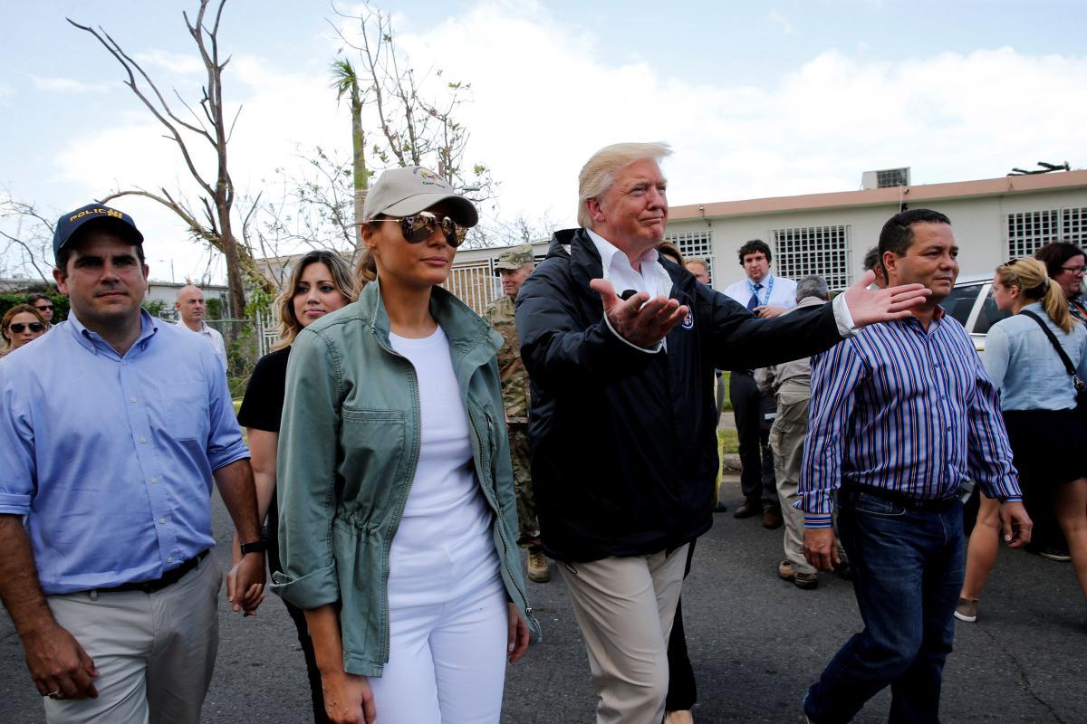 """Дональд Трамп під час візиту до Пуерто-Рико після урагану """"Марія"""" 3 жовтня 2017 року / REUTERS"""
