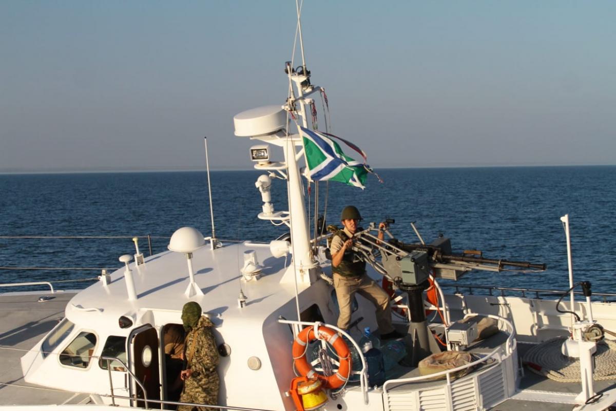 Озброєні російські прикордонники наблизились до катера ДПСУ / фото dpsu.gov.ua