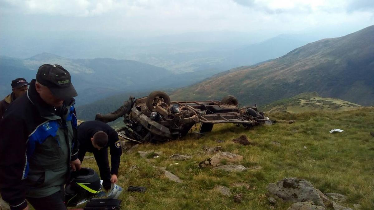 На Рахівщині двоє туристів зірвалися на позашляховику в ущелину й загинули / фото moskal.in.ua