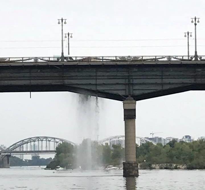 Міст Патона перетворився у водоспад / фото facebook/keytrin.brysnikina