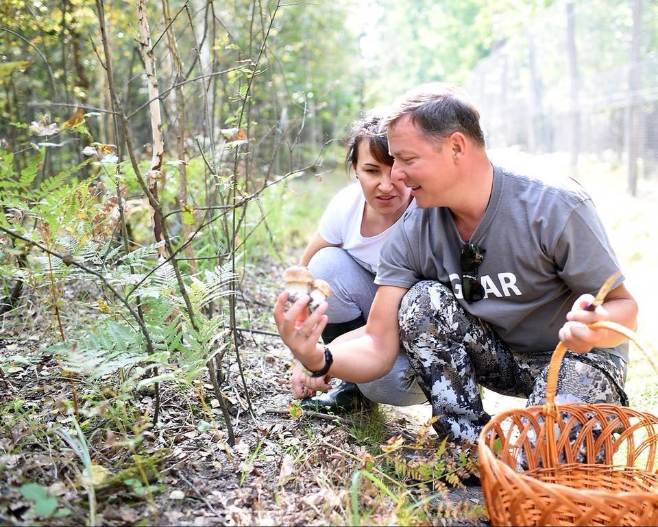 Ляшко показывает Росите два грибочка / фото Facebook/Олег Ляшко