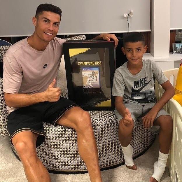 Роналду першим протестує онлайн-гру FIFA 19 / instagram.com