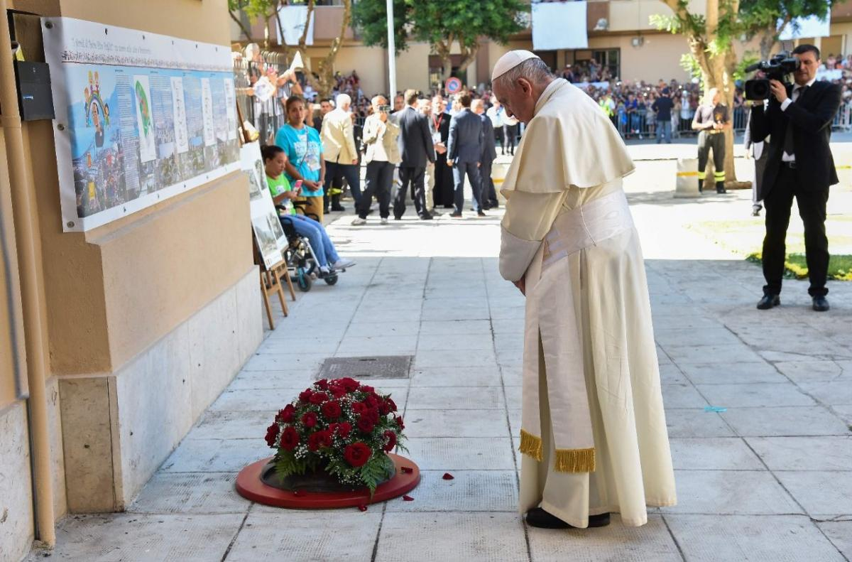 Папа помолився на місці трагічної загибелі священика / sib-catholic.ru