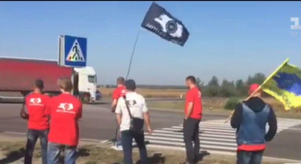 Блокирование трасс продлится минимум до 17 часов / фото ТСН.ua