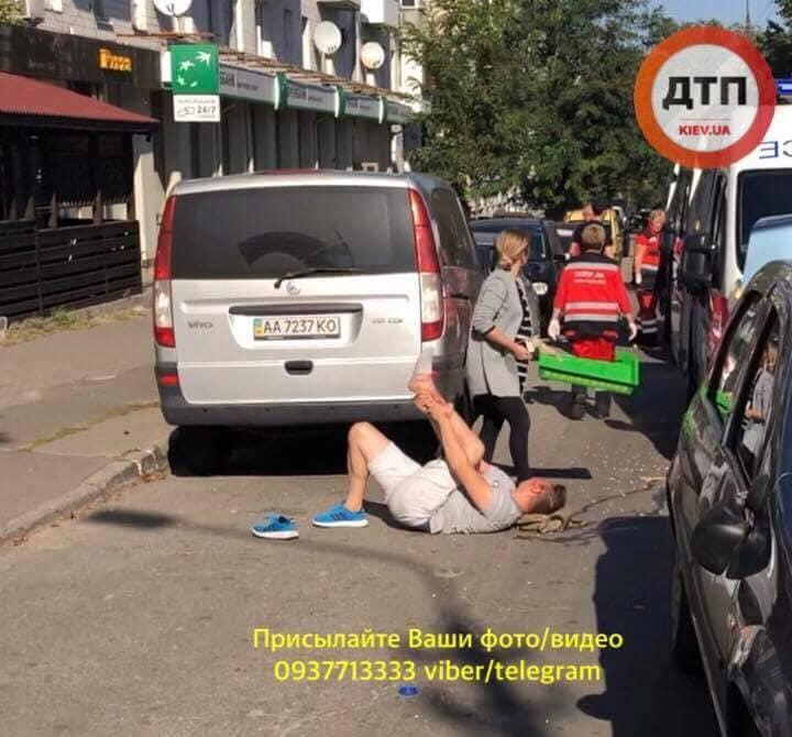 Водитель авто сбил двух пешеходов / facebook.com/dtp.kiev.ua
