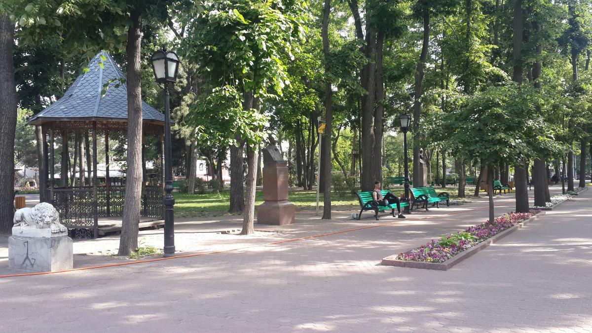 Те самые лавочки в парке Стефана Великого / Фото Марина Григоренко