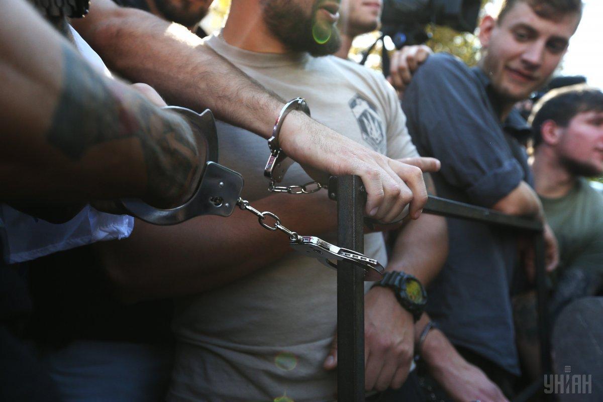 Активистыприковали себя нарувчниками к забору / фото УНИАН