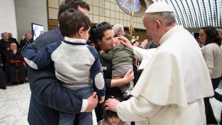 Папа Франциск на встрече с семьями в Ватикане / vaticannews.va