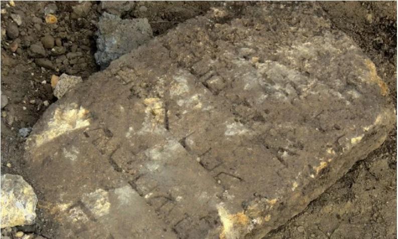 Надгробие, сфотографированное на месте строительства / vaadua.org