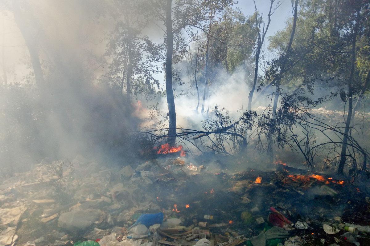 На території Русанівських садів горить пластик, через що в небо піднявся чорний дим / фото Інформатор