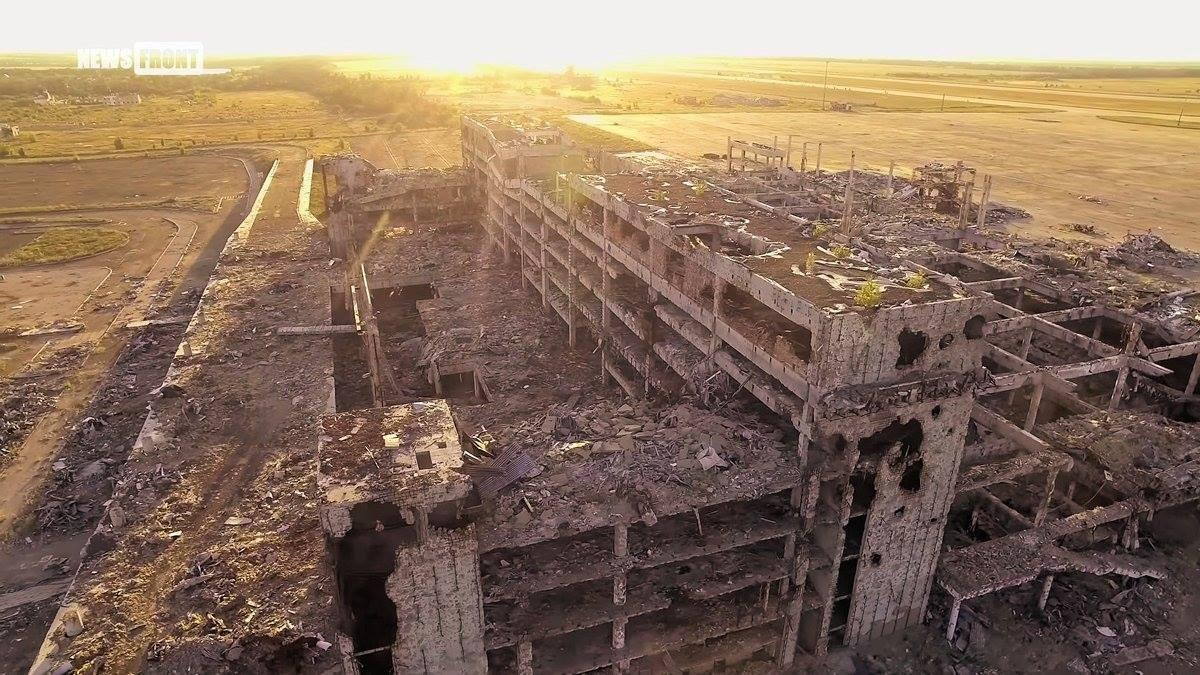 На снимках можно увидеть разрушенный аэропорт / фото facebook.com/andriy.shor