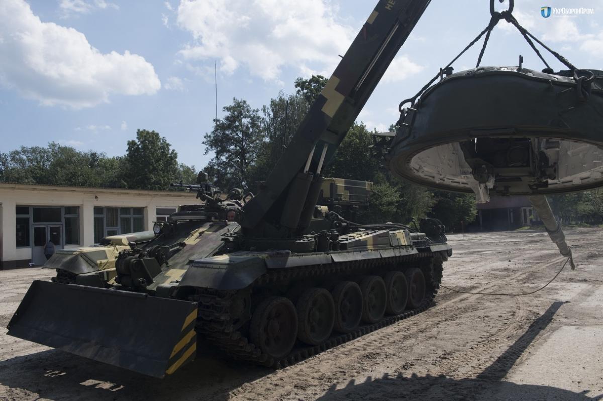 """БРЭМ """"Лев"""" имеет кран-стрелу грузоподъемностью 12 тонн / ukroboronprom.com.ua"""