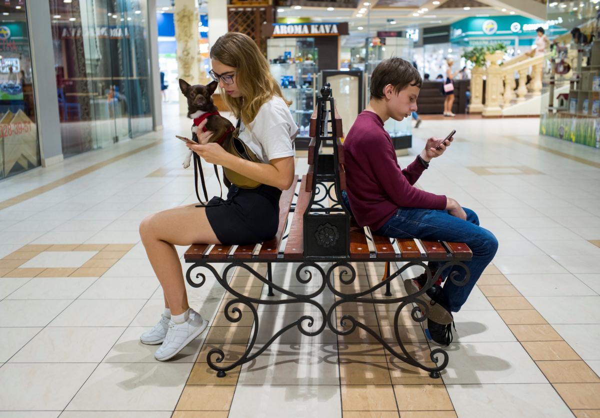 Психологи кажуть, що забрати телефон у дитини– не допоможе / фото REUTERS