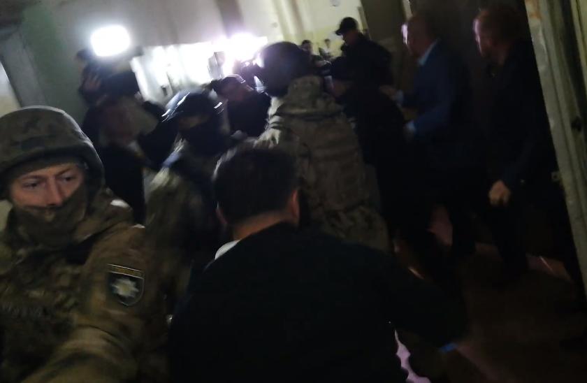 В больнице, где находится подозреваемый в покушении на Михайлика, произошла потасовка между силовиками и представителями грузинской диаспоры / скриншот