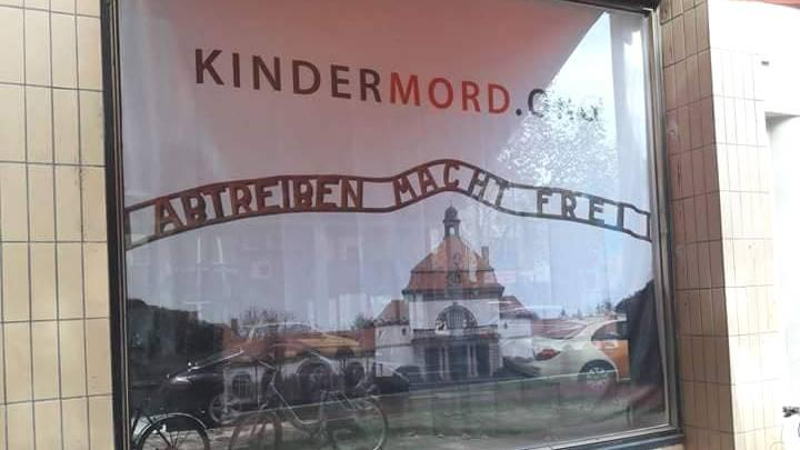 """В витрине магазина было выставлено фото кладбища в Висбадене с подписью """"Аборты освобождают"""" / stern.de"""