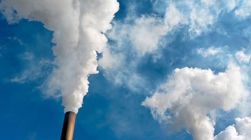 Из-за нехватки средств многие предприятия вынуждены загрязнять экологию / Фото: superomsk.ru