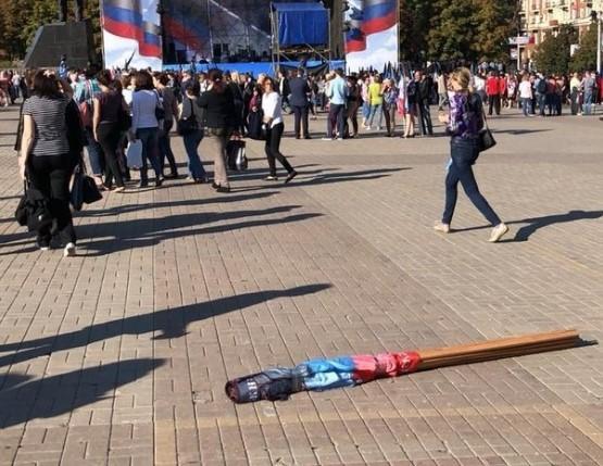 """Прапори """"ДНР"""" на мітингу окупантів / фото twitter.com/relictDon"""