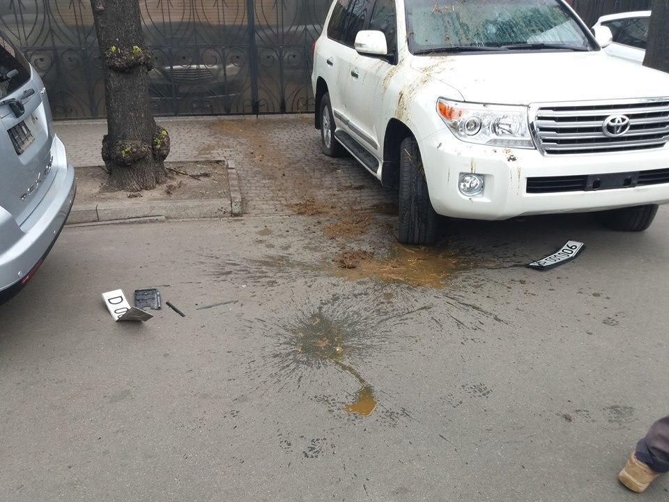 Авто российских дипломатов облили фекалиями / Facebook / Родион Шовкошитный