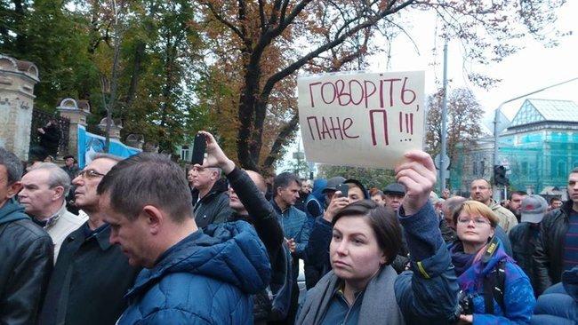 Сейчас с импровизированной трибуны зачитывают имена активистов, прибывших на акцию / фото: Олег Богачук