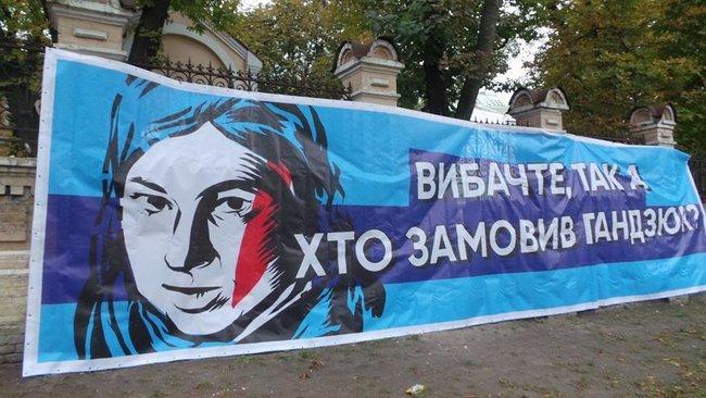Активисты держат в руках самодельные плакаты с надписями: «Молчание убивает» / фото: Олег Богачук