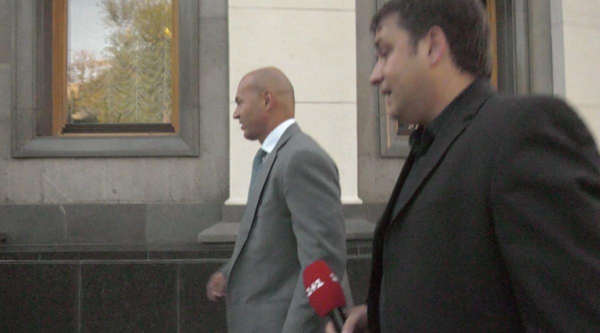 Кононенко тікає від журналістів