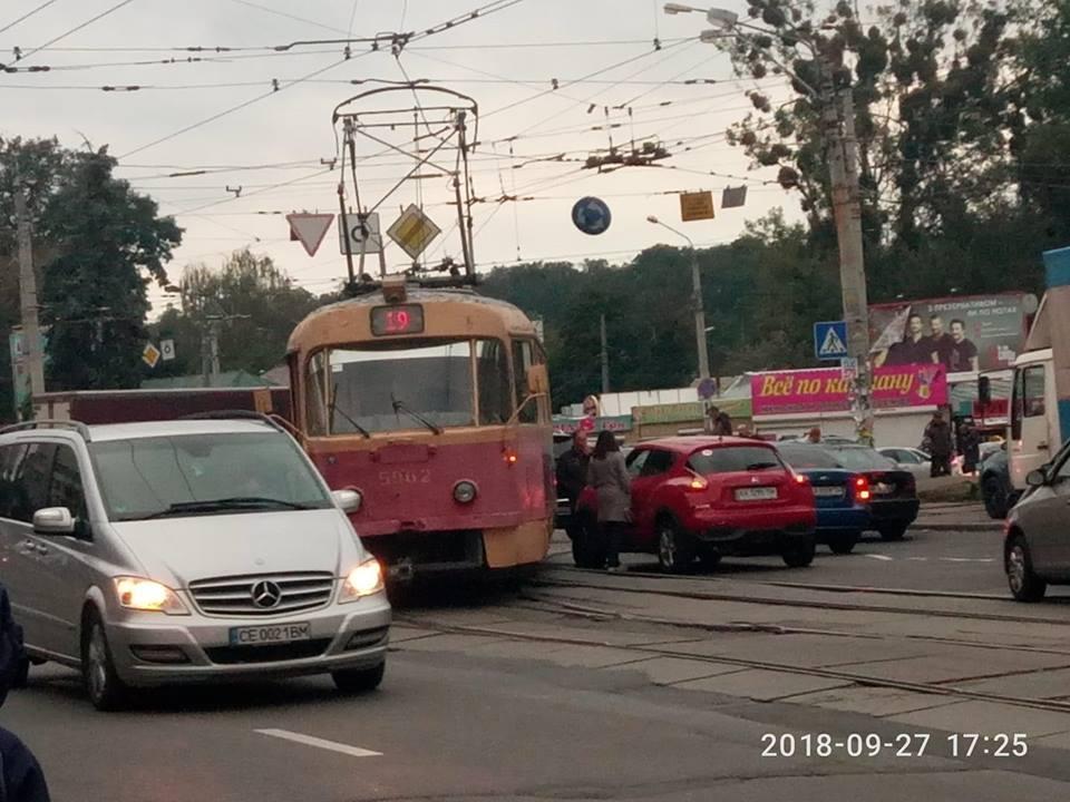 Трамвай № 19 сошел с рельсов в районе площади Шевченко / фото Facebook