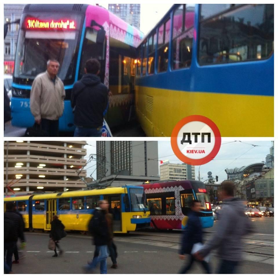 Вблизи вокзала в Киеве скоростной трамвай сошел с рельсов / фото dtp.kiev.ua