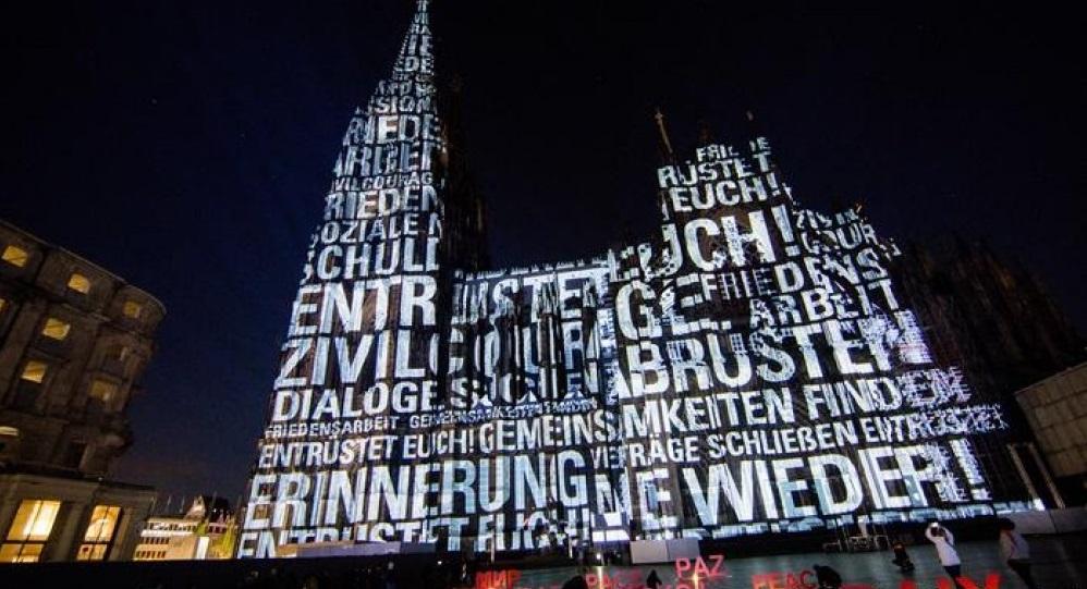"""""""Мир"""",""""Громадянськамужність"""" — такі написи миготять на південному фасаді собору / azertag.az"""