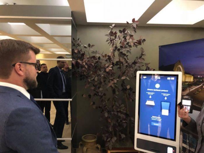 Кравцов уже протестировал новый билетный терминал / фото Андрей Рязанцев/Facebook