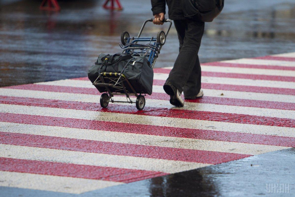 На тротуарах встановлюватимуть металеві стовпчики / фото УНІАН