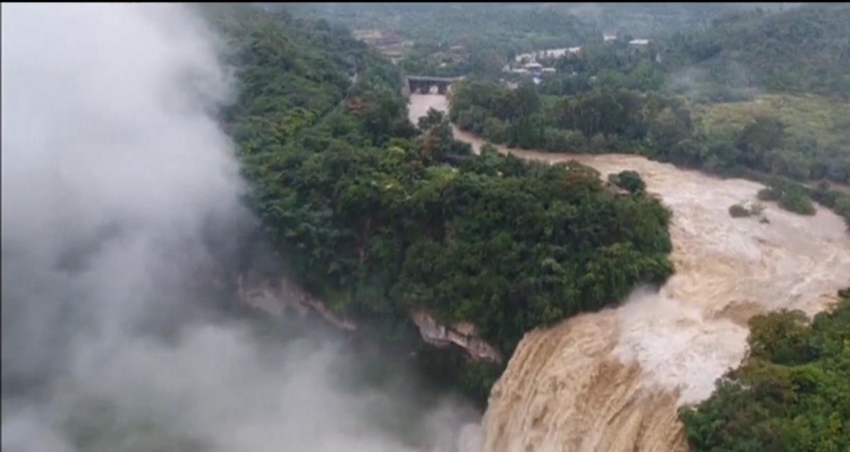 В Китае водопад увеличился из-за дождей / скриншот