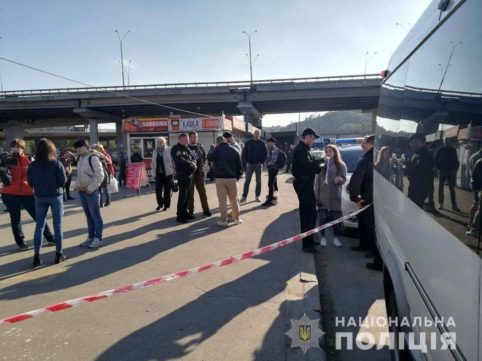 Возле станции метро «Выдубичи» патрульные полицейские остановили маршрутку / фото: Нацполиция
